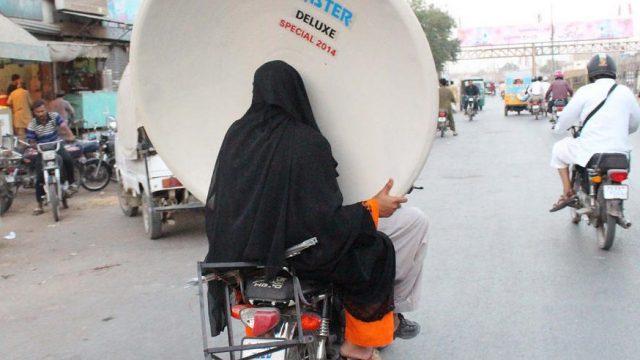 женщина везёт антенну