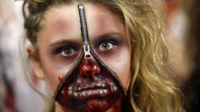 девушка в маске зомби