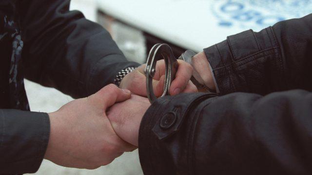 Чиновник в наручниках