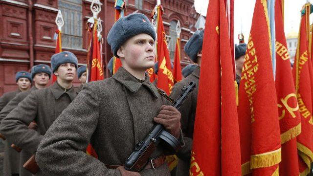 мужчины в форме солдат Красной Армии