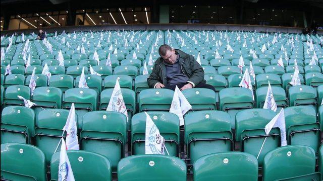 фанат уснул на стадионе