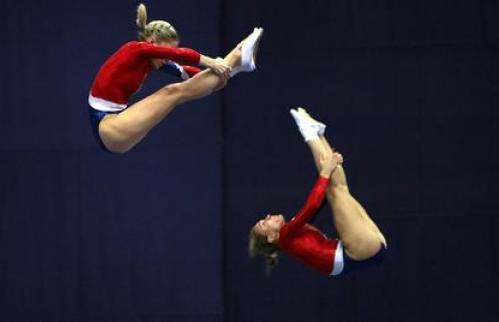Прыгающие девушки