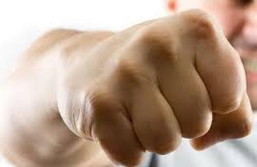 В Слонимском районе работник избил и сломал палец своему начальнику