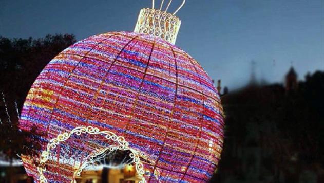 гигантский ёлочный шар