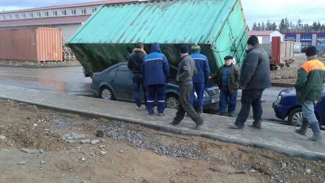 контейнер упал на легковой автомобиль