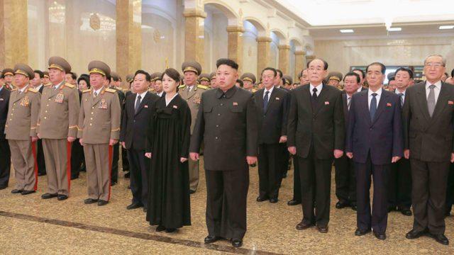 Ким Чен Ын с женой почтили память Ким Чен Ира