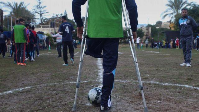 игра в футбол между инвалидами