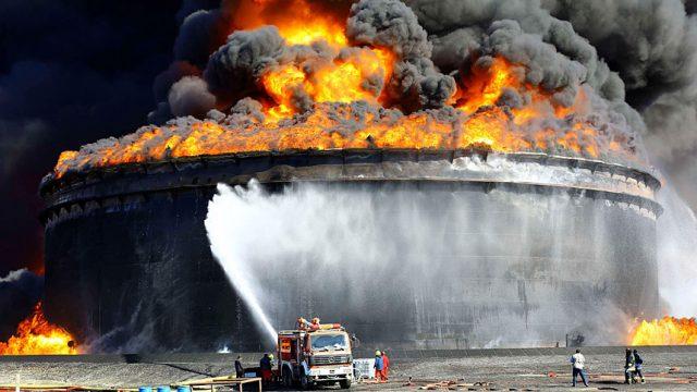 горит нефть  в резервуаре