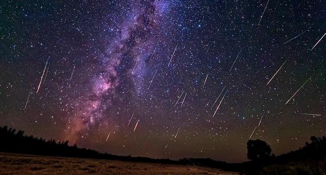 """Сегодня, 15 декабря, жители Беларуси смогут наблюдать один из самых красивых ежегодных звездопадов, сообщает TUT.by.  Как утверждают астрономы, в понедельник вечером метеоритный поток «Геминиды» достигнет своего апогея. Необычное природное явление можно будет наблюдать с 21:00 по 01:00 по минскому времени. В этот промежуток времени над землей пролетит около 120 метеоритов всего в час.  Геминиды – один из сильнейших ежегодных метеоритных потоков. Пик активности звездного дождя приходится на период с 4 по 17 декабря. Такое явление происходит, когда наша планета пересекает путь астероида """"3200 Фаэтон"""""""