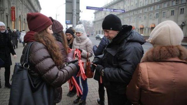В субботу в Минске раздавали ленточки с белорусским орнаментом