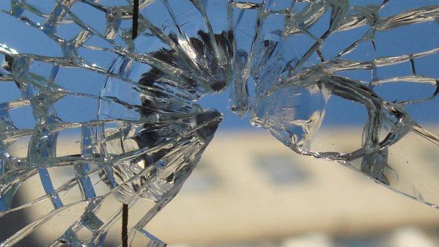 разбить стеклопакет