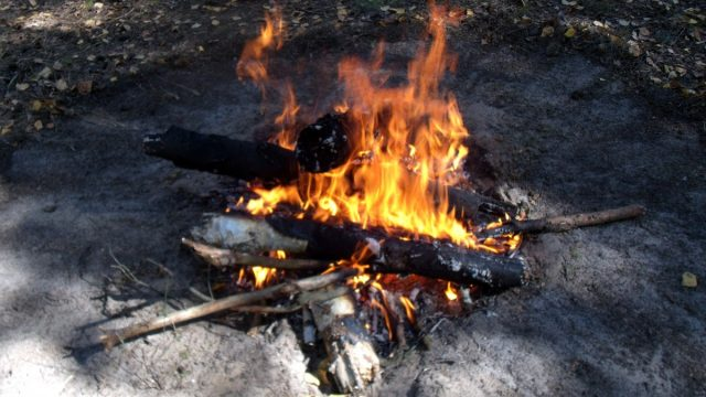 В Пуховичском районе молодой человек разжигал костер бензином и получил ожог 17% тела