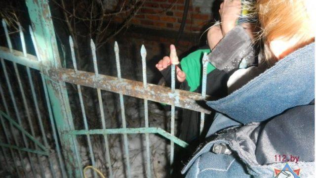 ребёнок напоролся пальцем на металлический прут