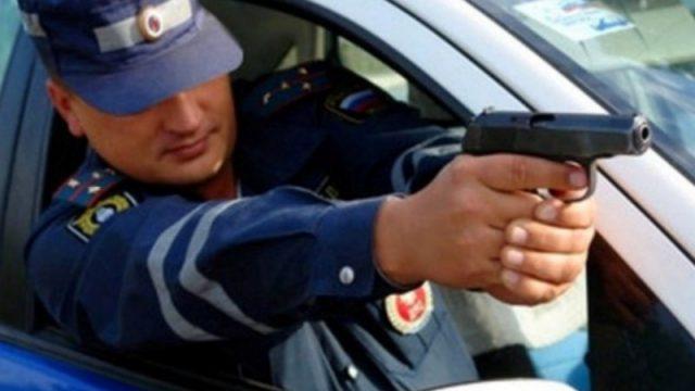 стрелять по колёсам нарушителя