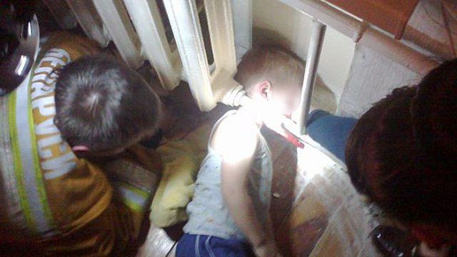 голова ребёнка застряла между полом и батареей