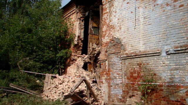 В Осиповичах на мальчика упала стена заброшенного здания