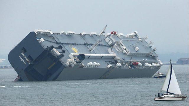 грузовое судно село на мель