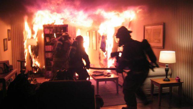 В Витебске двое парней спасли соседа при пожаре