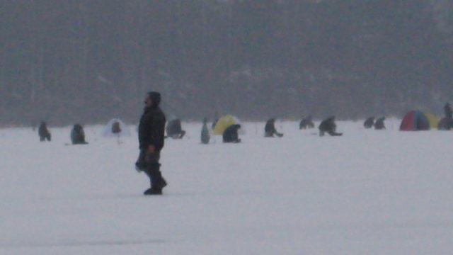 Рыбаки на водохранилище