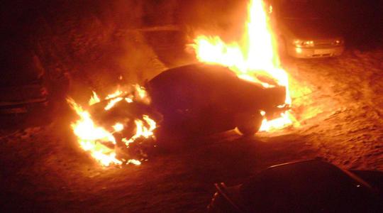 В Лиде неизвестный поджег автомобиль