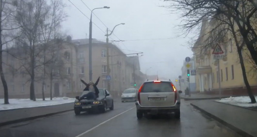 В Гродно мужчина прокатился сидя на капоте BMW