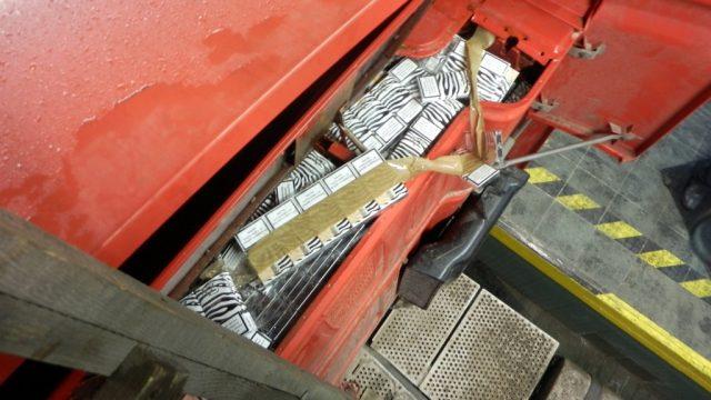 Белорус спрятал 9 тысяч пачек сигарет стоимостью 23,6 тыс. евро в тайнике на пульте управления