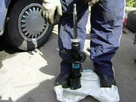 В Лиде мужчина получил травматический шок при взрыве автомобильного амортизатора.