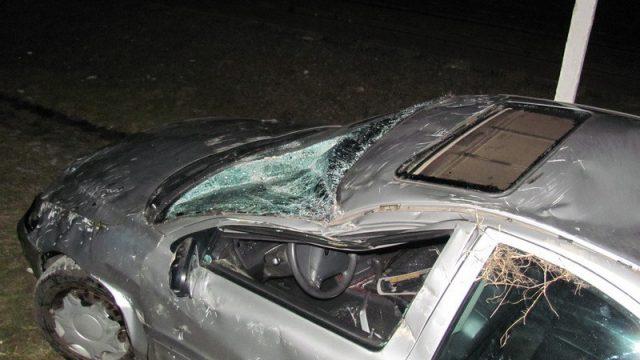автомобиль упал на рельсы