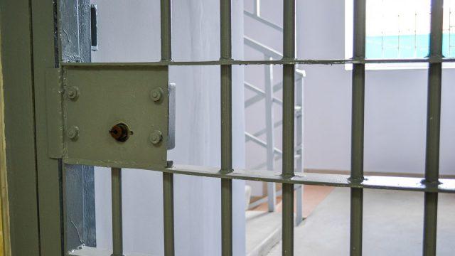сесть в тюрьму