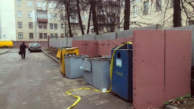 труп обнаружили за мусорными баками