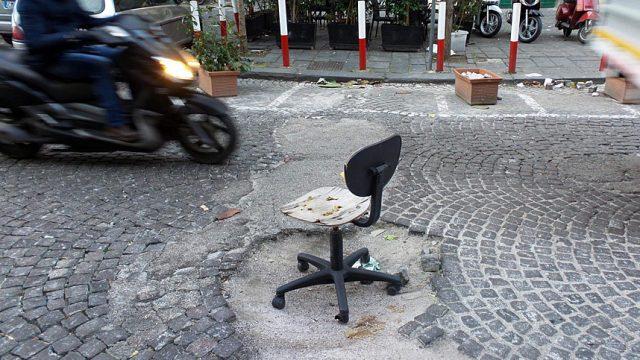 стул в яме на дороге