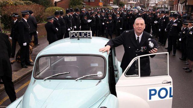 полицейский уходит в отставку
