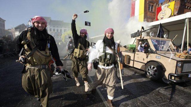 люди в костюмах террористов