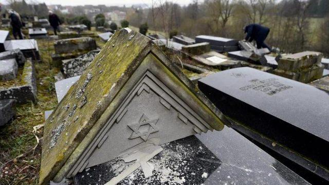 осквернённые могилы