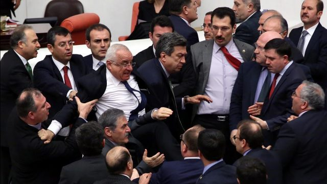 драка парламентариев