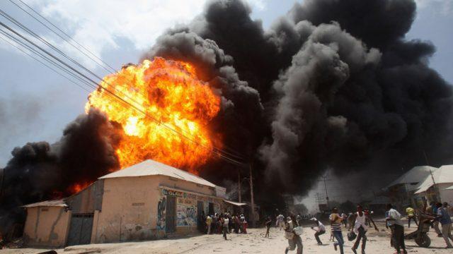 Люди убегают от взрыва на АЗС