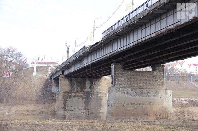 В Могилеве на мосту рухнуло бетонное ограждение