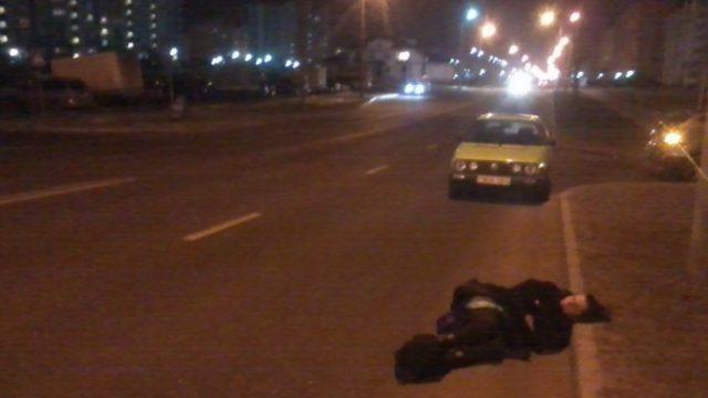 В Гродно на проезжей части дороги лежала психически больная женщина