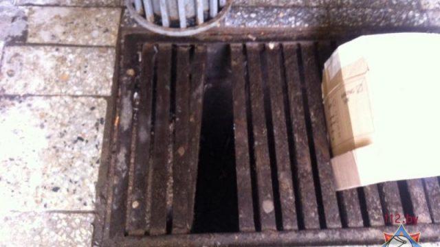 В Минске женщина застряла ногой в ливневой канализации