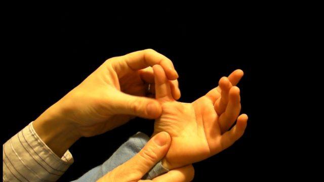 Застрявший палец