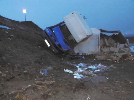 ДТП под Гродно: грузовик с яблоками упал с 5-метровой высоты