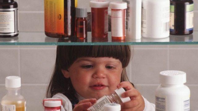 девочка с лекарствами