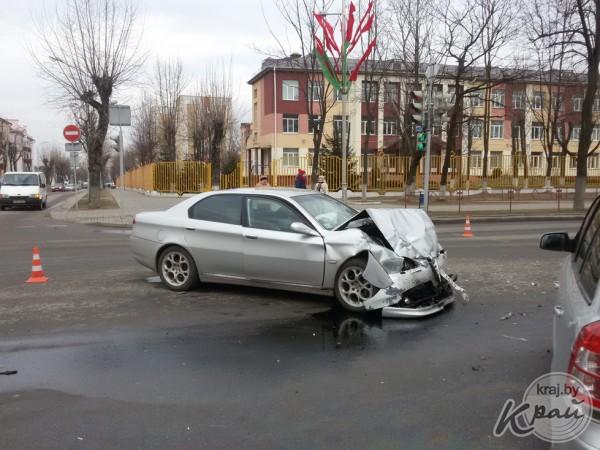 ДТП в Молодечено - Опель и Альфа Ромео разбиты всмятку, снесен светофор