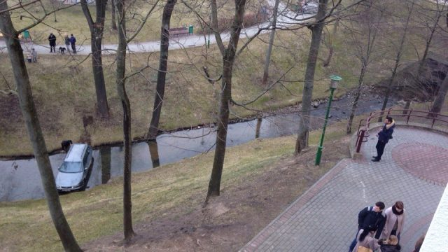 Машина в реке