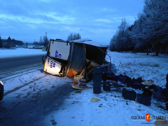 В Лидском районе перевернулся грузовик с молочными продуктами