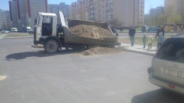 В Гомеле грузовик провалился под асфальт