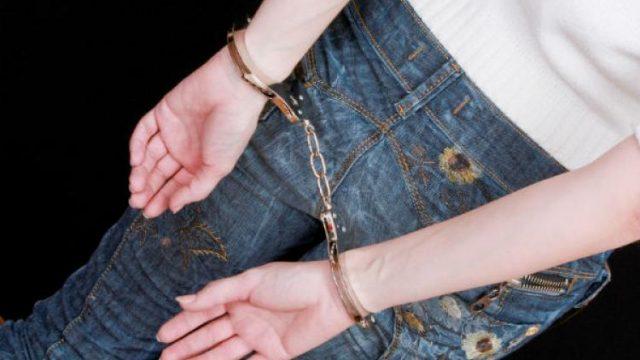 школьница в наручниках