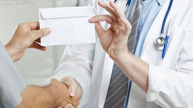 врач берёт взятку