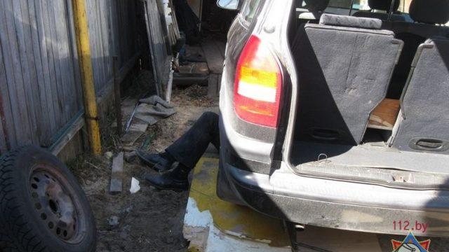 мужчину зажало под машиной