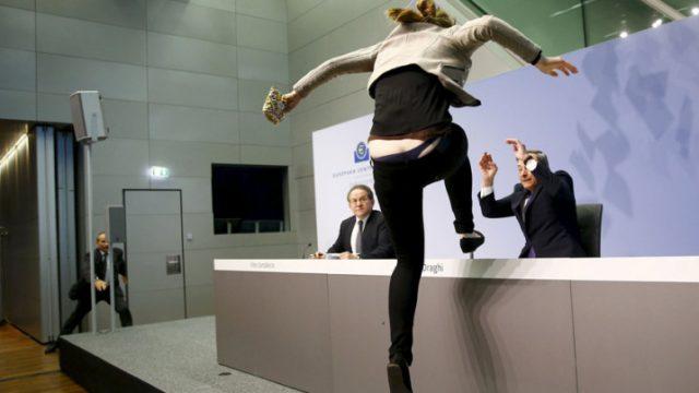 женщина в знак протеста прыгает на стол